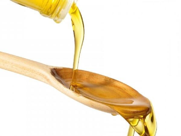 Cho dầu ăn vào cháo của bé