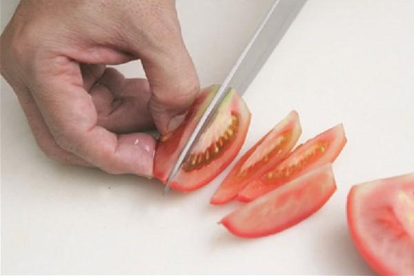 Thái cà chua thành hình múi